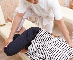 背骨や骨盤の位置を調整
